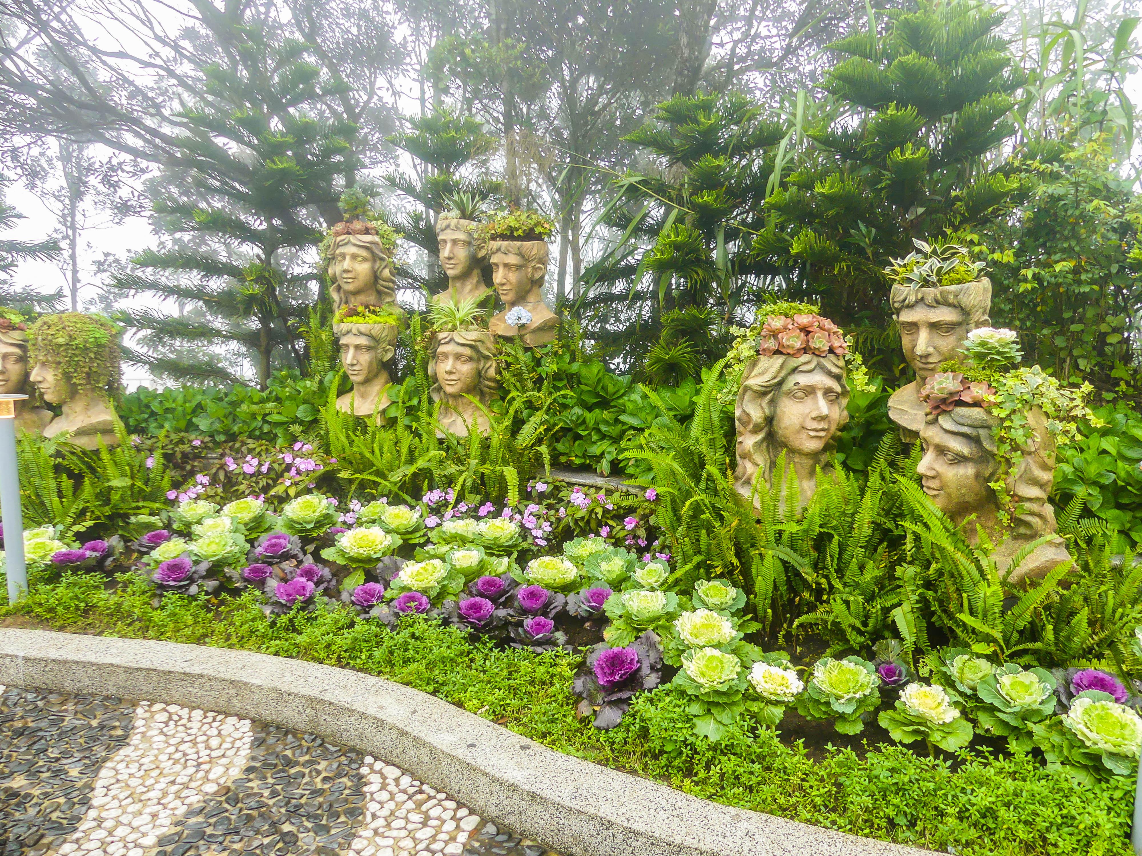 Blumen und Statuen