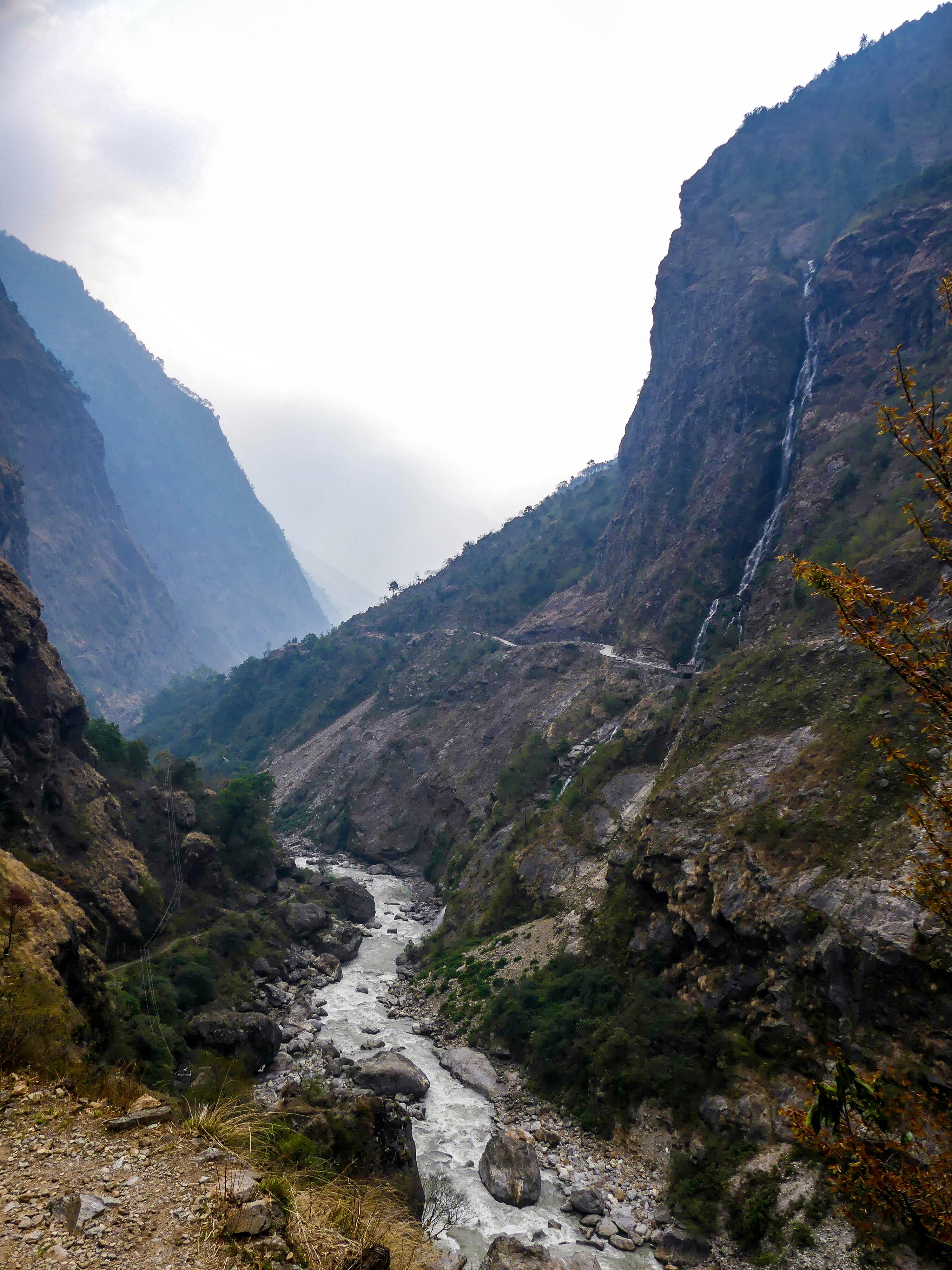 Fluss mit Wasserfall